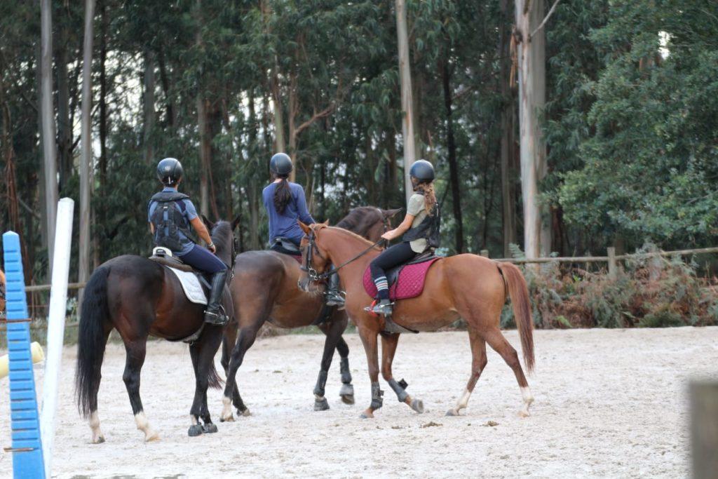 actividades ecuestres en santiago de compostela. jinetes montando a caballo en Centro Ecuestre La Croupe